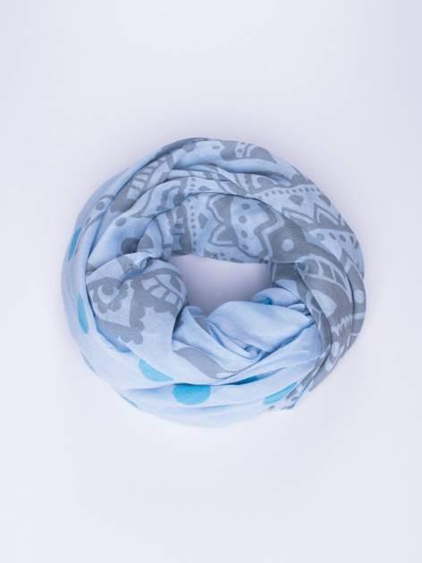 Niebieski szal w aztecki wzór i grochy