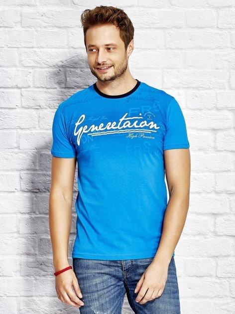 Niebieski t-shirt męski z motywem tekstowym
