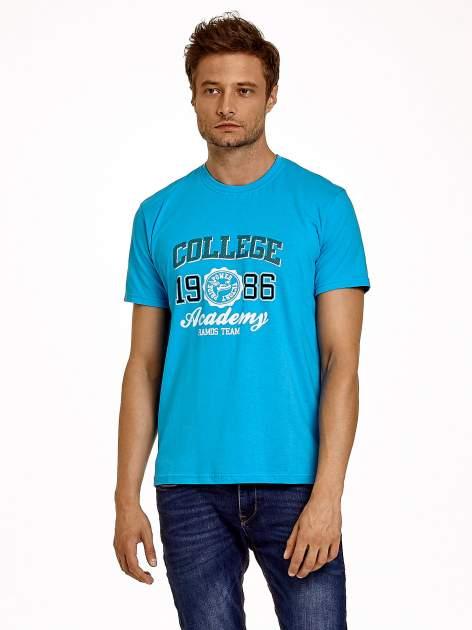Niebieski t-shirt męski z nadrukiem i napisem COLLEGE 1986