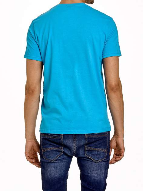 Niebieski t-shirt męski z nadrukiem i napisem COLLEGE 1986                                  zdj.                                  4