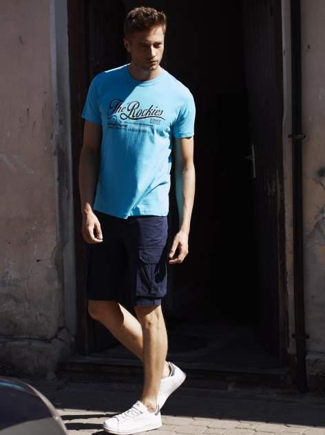 Niebieski t-shirt męski z nadrukiem napisu THE ROCKIES                                  zdj.                                  6