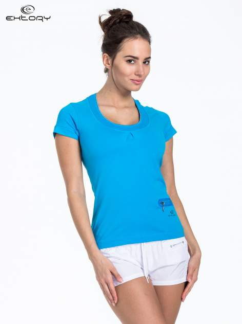 Niebieski t-shirt sportowy z kieszonką i ozdobnym dekoltem                                  zdj.                                  1