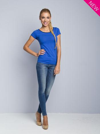 Niebieski t-shirt z czarną lamówką przy dekolcie                                  zdj.                                  2