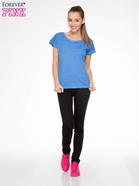 Niebieski t-shirt z dekatyzowanym efektem                                  zdj.                                  4