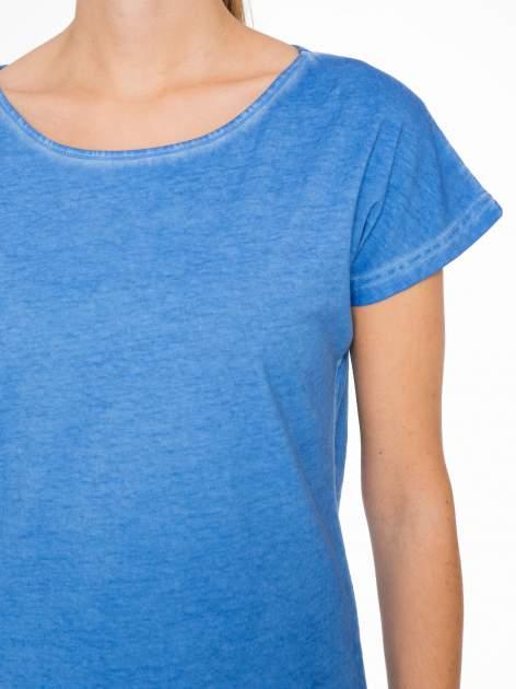 Niebieski t-shirt z dekatyzowanym efektem                                  zdj.                                  5