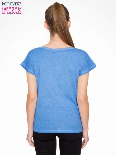 Niebieski t-shirt z dekatyzowanym efektem                                  zdj.                                  3