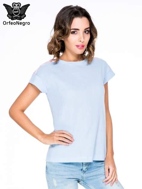 Niebieski t-shirt z haftem na plecach zdobionym cekinami                                   zdj.                                  1