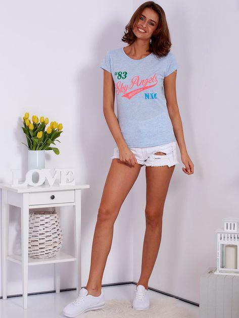 Niebieski t-shirt z kolorowymi napisami                              zdj.                              4