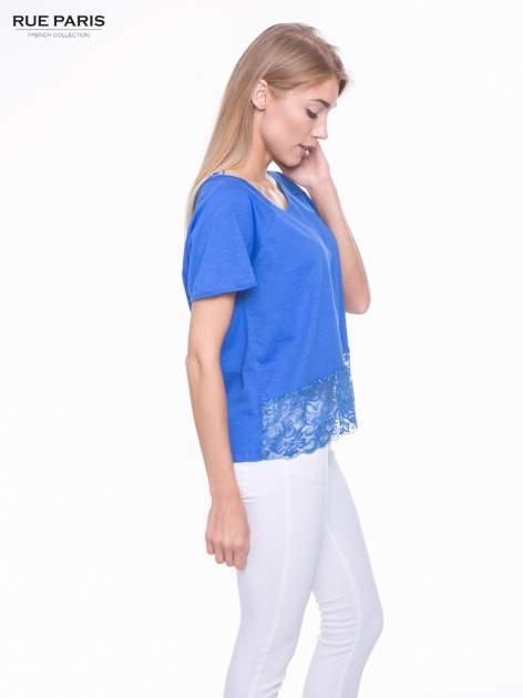 Niebieski t-shirt z koronkowym dołem                                  zdj.                                  2