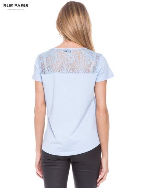 Niebieski t-shirt z koronkowymi wstawkami                                  zdj.                                  3