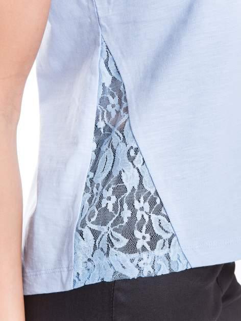 Niebieski t-shirt z koronkowymi wstawkami                                  zdj.                                  5
