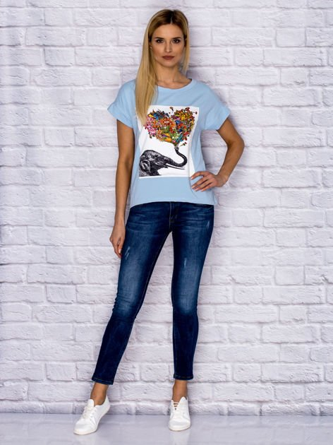 Niebieski t-shirt z malarskim nadrukiem                              zdj.                              4