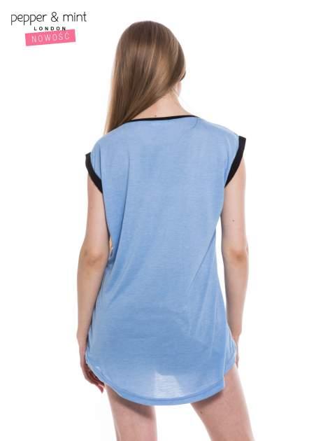 Niebieski t-shirt z nadrukiem i czarną lamówką                                  zdj.                                  3