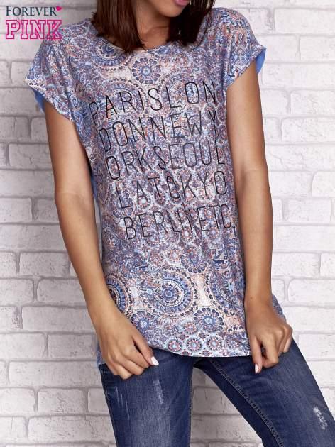 Niebieski t-shirt z nadrukiem nazw miast