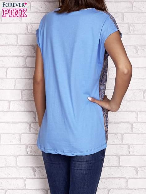 Niebieski t-shirt z nadrukiem nazw miast                                  zdj.                                  4