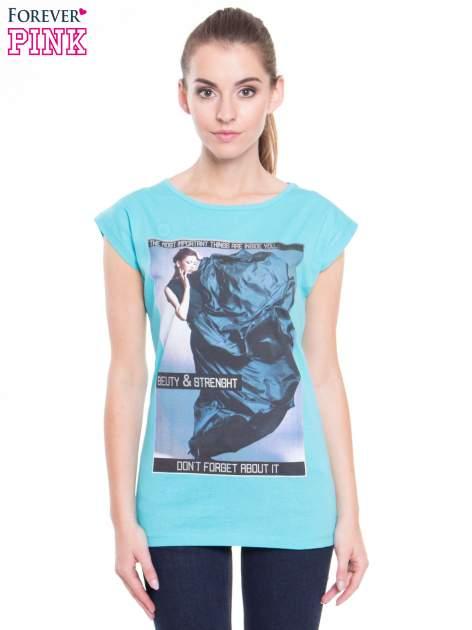Niebieski t-shirt z nadrukiem w stylu high fashion                                  zdj.                                  1