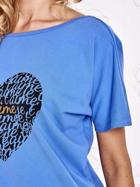Niebieski t-shirt z napisem JE T'AIME i dekoltem na plecach                                  zdj.                                  5