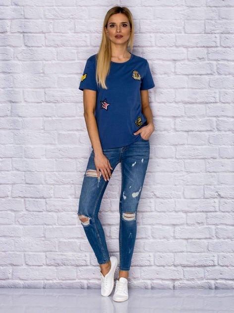 Niebieski t-shirt z naszywkami                              zdj.                              4