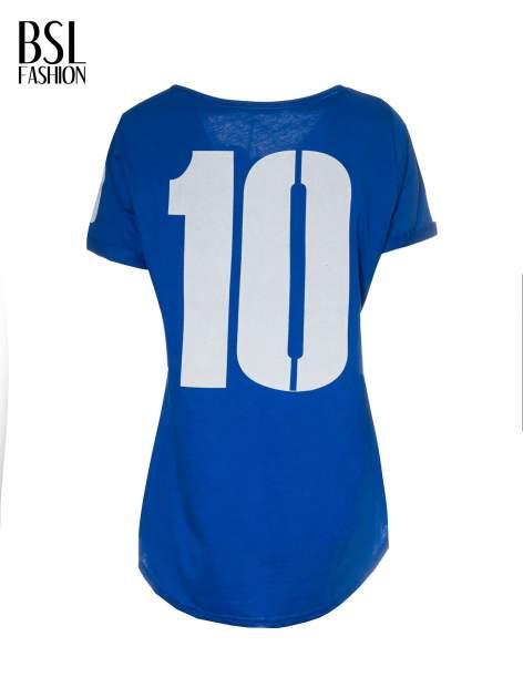 Niebieski t-shirt z numerkiem 10 na plecach i rękawie                                  zdj.                                  3