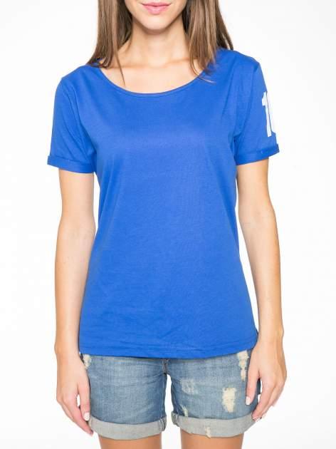 Niebieski t-shirt z numerkiem 10 na plecach i rękawie                                  zdj.                                  9