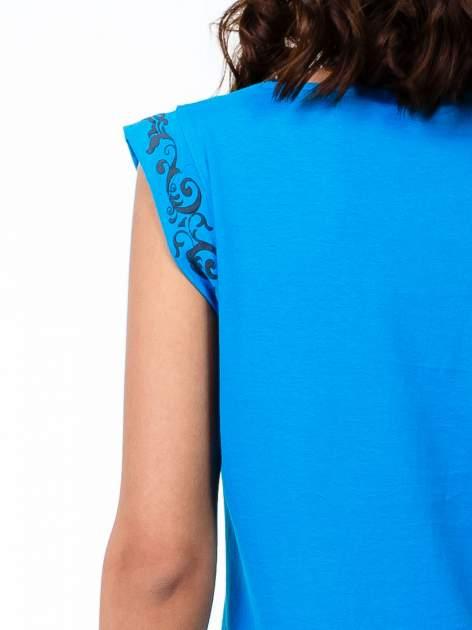 Niebieski t-shirt z ornamentem na rękawach                                  zdj.                                  6