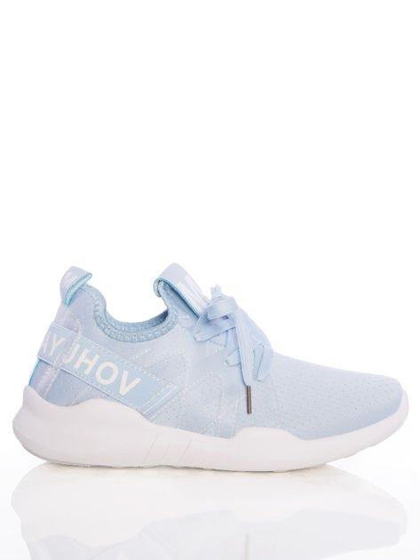 Niebieskie ażurowe buty sportowe Rue Paris z przezroczystymi szlufkami i białymi napisami                              zdj.                              1