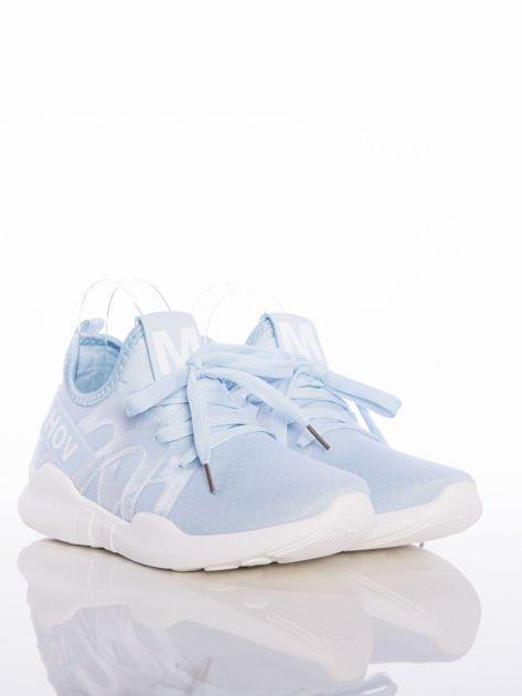 Niebieskie ażurowe buty sportowe Rue Paris z przezroczystymi szlufkami i białymi napisami                                  zdj.                                  2