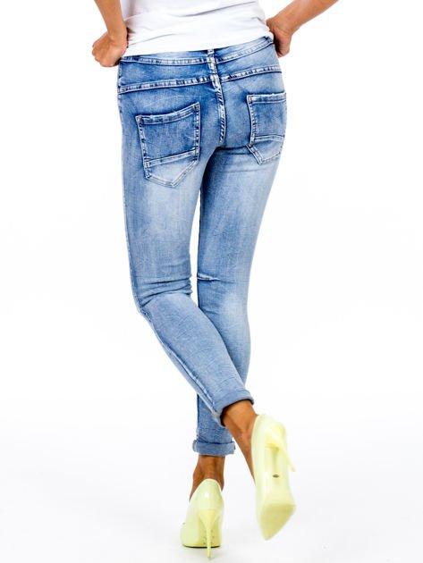 Niebieskie dopasowane jeansy z paskiem                              zdj.                              2