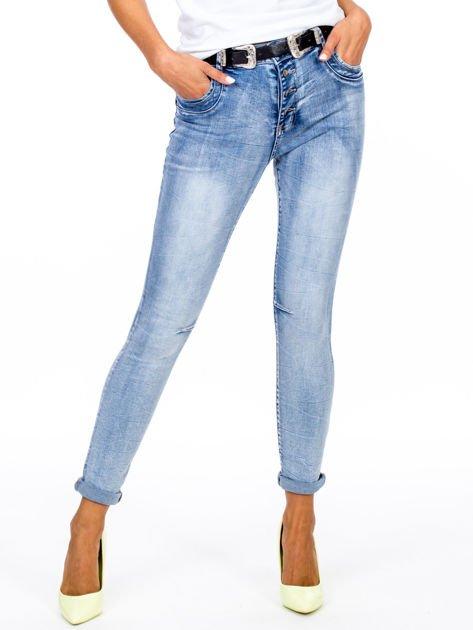 Niebieskie dopasowane jeansy z paskiem                              zdj.                              1