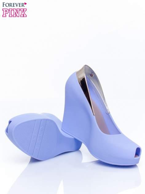 Niebieskie gumowe koturny ze wstawką                                  zdj.                                  5