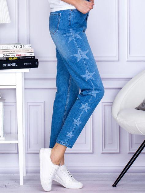 Niebieskie jeansowe boyfriendy z gwiazdami                              zdj.                              5