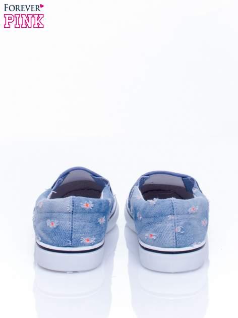 Niebieskie jeansowe buty slip on z przetarciami                                  zdj.                                  4