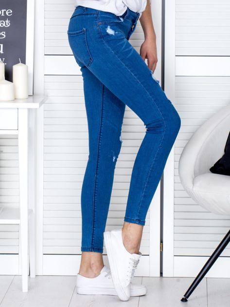 Niebieskie jeansowe rurki z przetarciami                              zdj.                              5