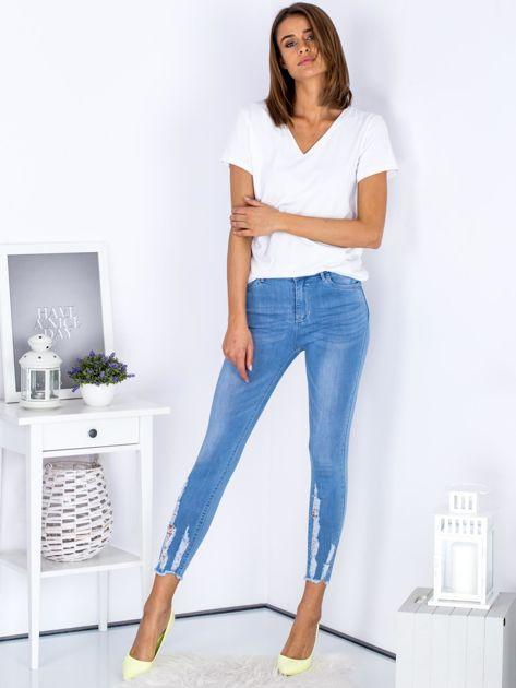 Niebieskie jeansowe rurki z rozdarciami na nogawkach                              zdj.                              4