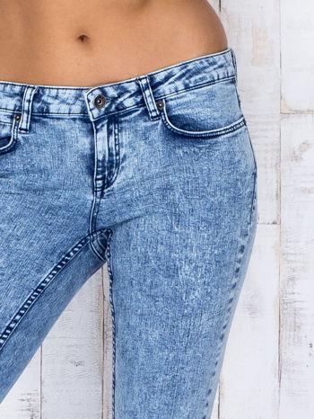 Niebieskie jeansowe spodnie rurki marmurkowe z dziurami                                  zdj.                                  4
