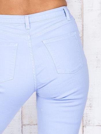 Niebieskie jeansowe spodnie z dziurami i kieszeniami                                  zdj.                                  4