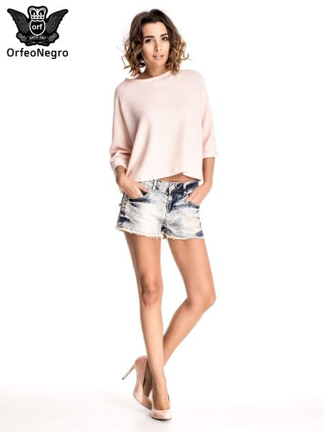 Niebieskie jeansowe szorty marmurki z poszarpaną nogawką                                  zdj.                                  2