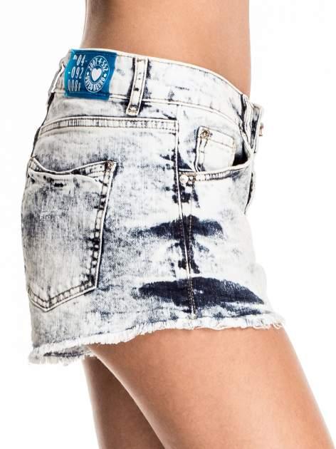 Niebieskie jeansowe szorty marmurki z poszarpaną nogawką                                  zdj.                                  6
