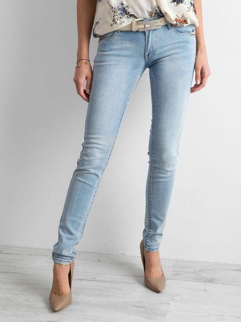 Niebieskie jeansy regular z efektem sprania                              zdj.                              1