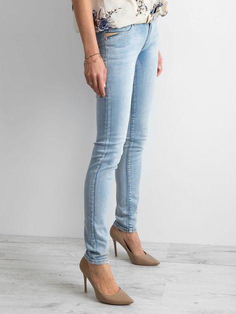 Niebieskie jeansy regular z efektem sprania                              zdj.                              2