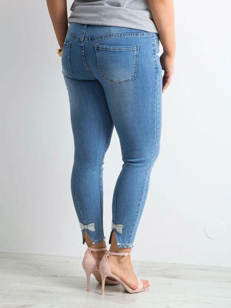 Niebieskie jeansy z aplikacjami PLUS SIZE                              zdj.                              2