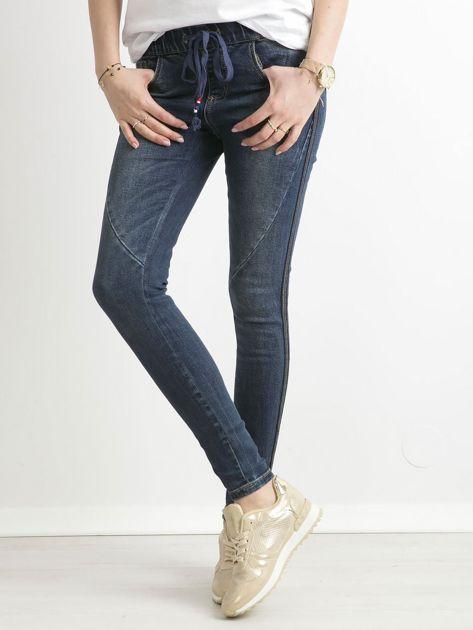 Niebieskie jeansy z cekinowym lampasem                              zdj.                              2