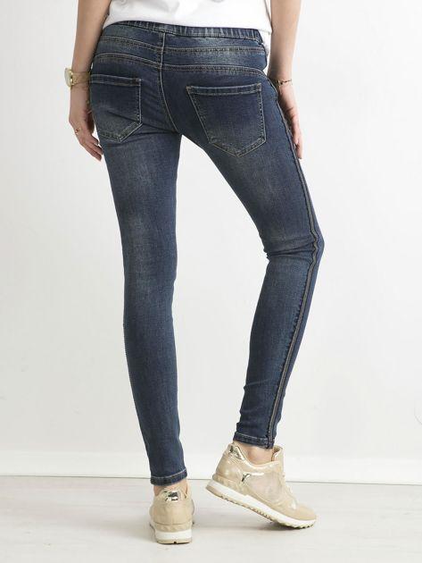 Niebieskie jeansy z cekinowym lampasem                              zdj.                              4