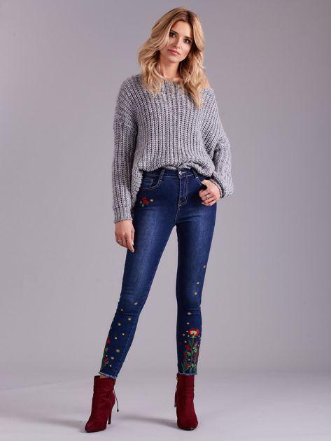 Niebieskie jeansy z haftem                              zdj.                              4