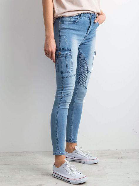 Niebieskie jeansy z kieszeniami                              zdj.                              3