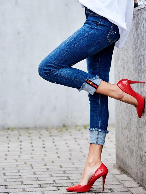 Niebieskie jeansy z podwijanymi nogawkami                              zdj.                              2