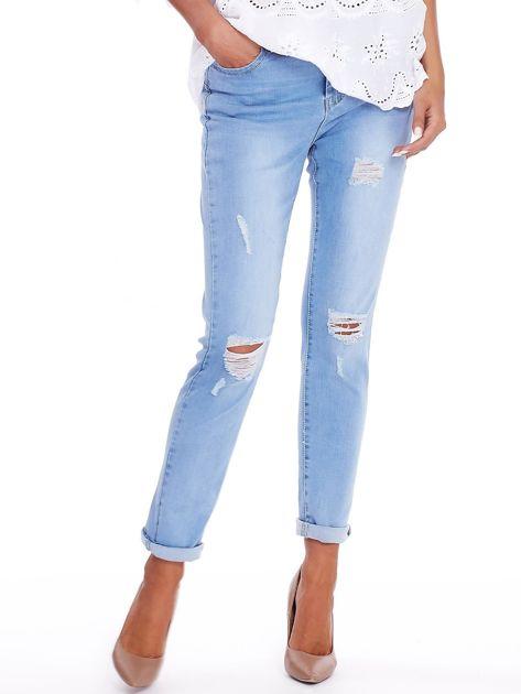 Niebieskie jeansy z przedarciami na kolanach                              zdj.                              1