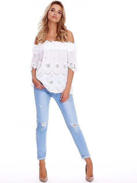 Niebieskie jeansy z przedarciami na kolanach                              zdj.                              4