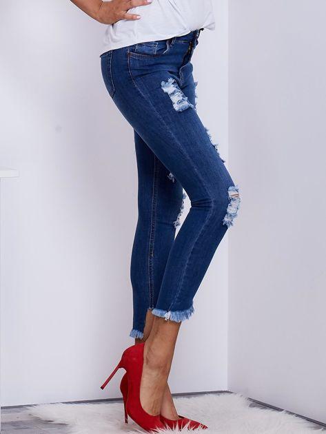Niebieskie jeansy z wystrzępionymi nogawkami                              zdj.                              5
