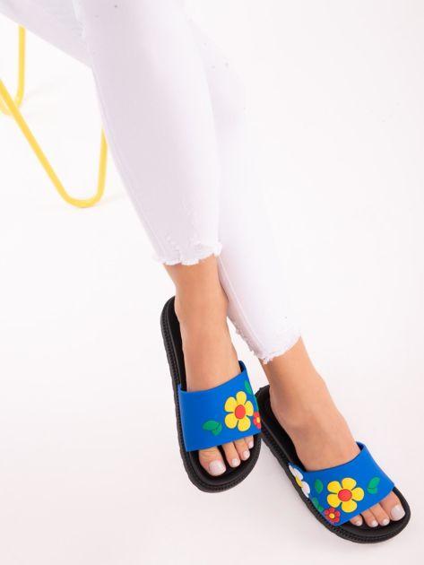 Niebieskie klapki na grubej podeszwie w żółte kwiaty                              zdj.                              1